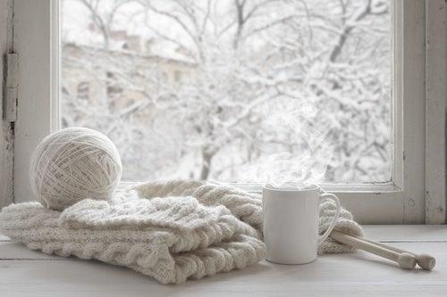 inverno frío con ropa de lana y taza