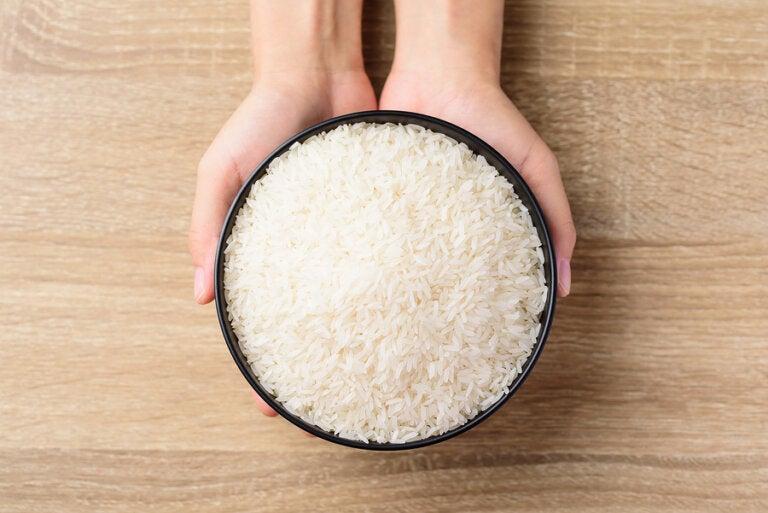 Cómo eliminar la humedad y el mal olor de los armarios con arroz