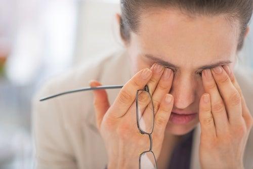 Mujer cansada con gafas