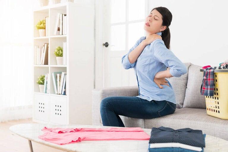 Pinzamiento en la espalda: causas y tratamiento natural