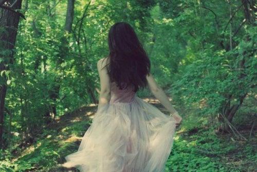mujer-huyendo-por-un-bosque