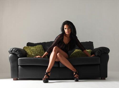 mujer con piernas cruzadas