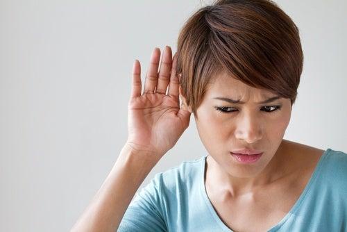 mujer con problemas de audición