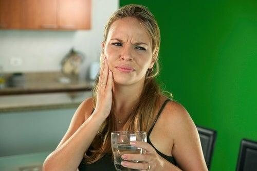 mujer con sensibilidad dental