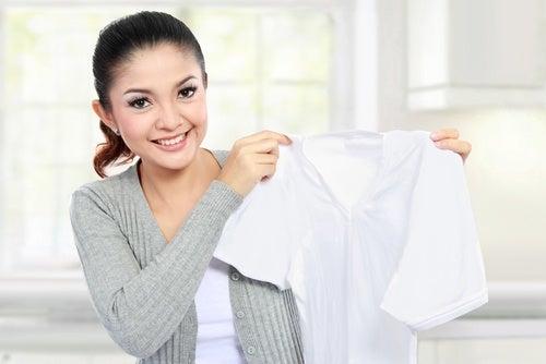 mujer sujetando una prenda blanca