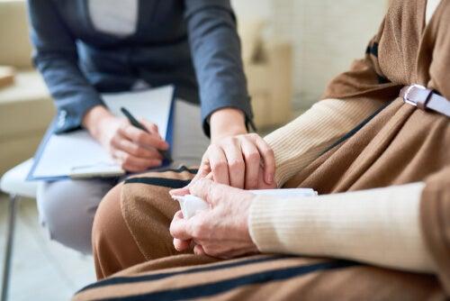 Psicólogo brindando apoyo a paciente en consulta.