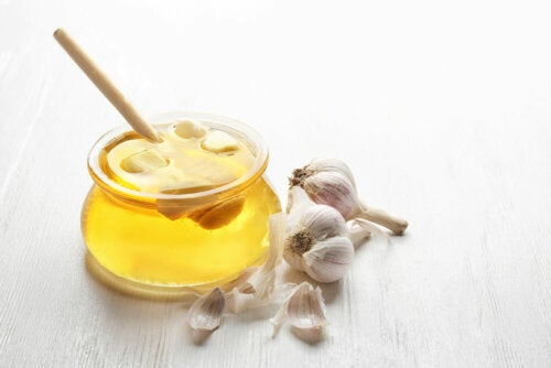Remedio de miel y ajo para cuidar el hígado