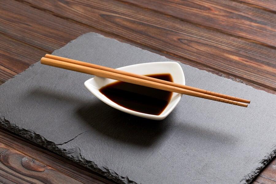 Salsa de soja en un recipiente para sushi.