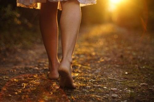 Bella mujer caminando por la calle — Foto de stock © arkusha #23935239