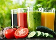 Vasos de zumo con vegetales
