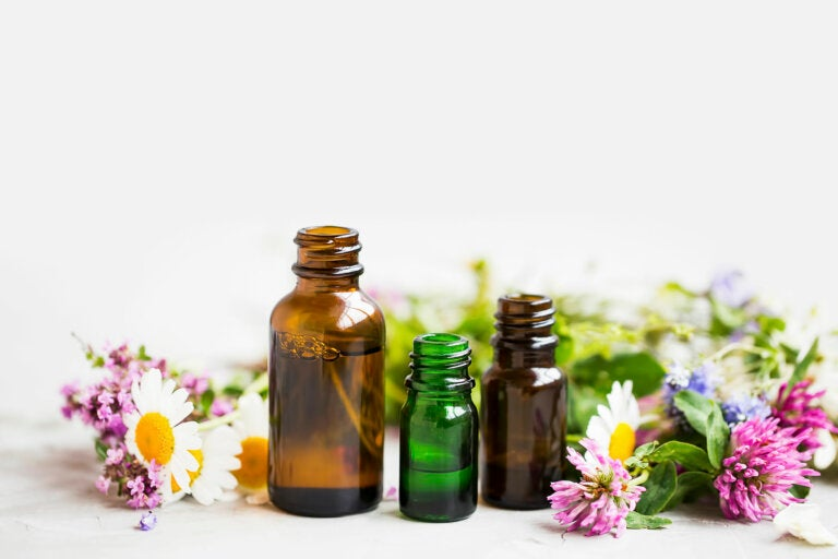 Combate los celos y la desconfianza con esencias florales