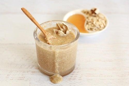 Crema-de-avena-miel-y-leche-de-coco-para-fortalecer-el-cabello.
