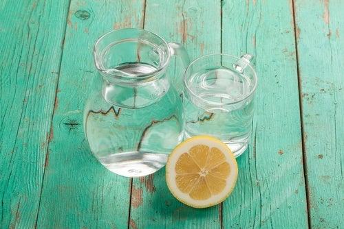 Blanqueador casero de agua, agua oxigenada y limón