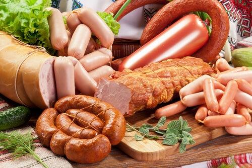 Carnes procesadas como chorizos y salchichas