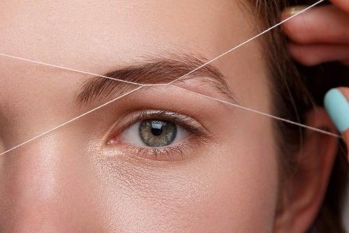 Mujer con cejas cortas, signos que alertan