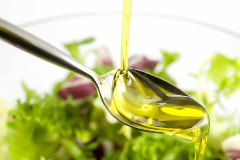Una cucharada de aceite de oliva y limón para combatir la grasa abdominal