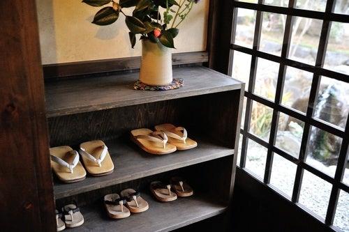 Dejar los zapatos en la entrada de la casa