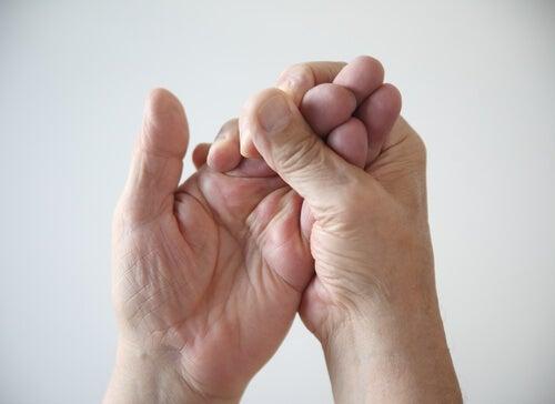 Una mano cogiendo los dedos de la otra