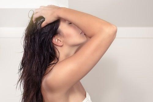Estimula el crecimiento del cabello