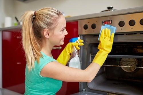 Mujer limpiando el horno