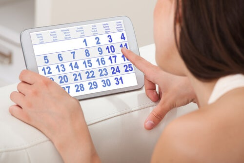 Mujer señalando en un calendario el día de su menstruación