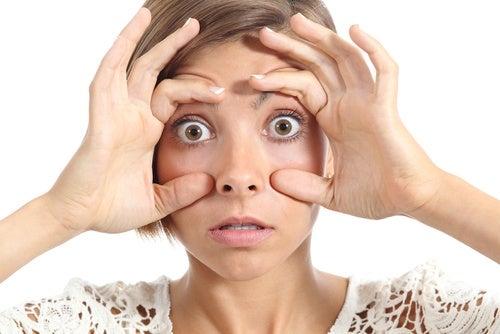 Mujer con los ojos amarillentos