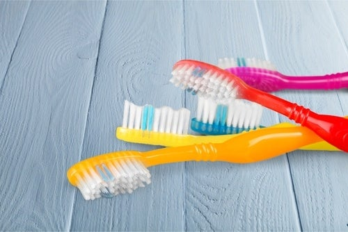 Cepillo de dientes sobre una superficie