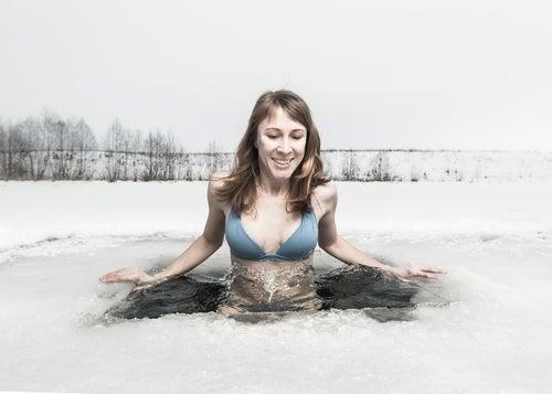 Cuerpo sumergido en agua fría
