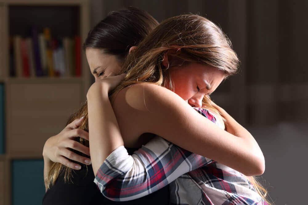 Amigas abrazándose y apoyándose