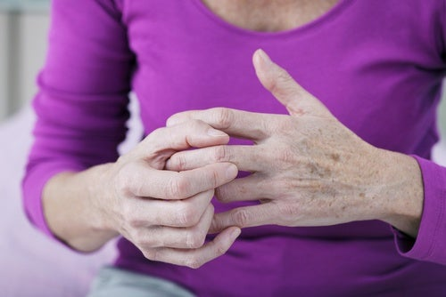 Chasquear los dedos puede causar desgaste en las articulaciones