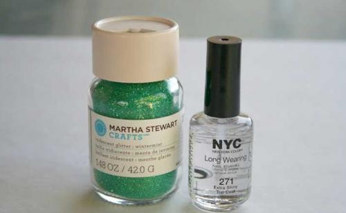 Esmalte de uñas y purpurina.