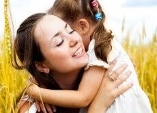 madre-abrazando-a-su-hija