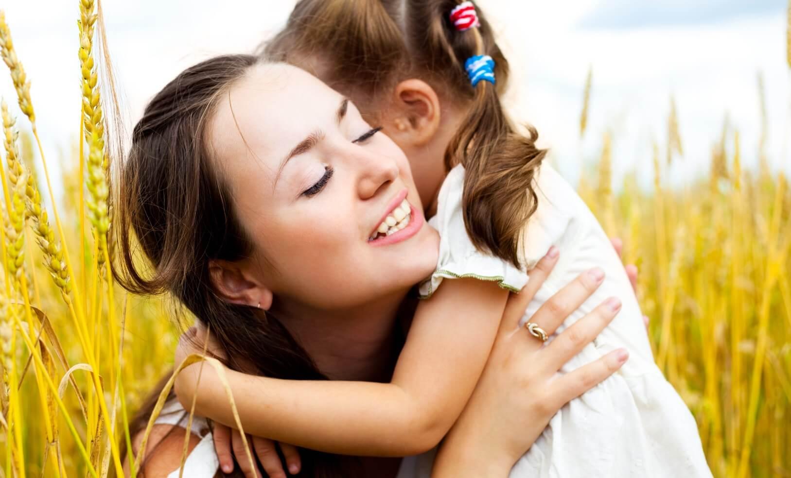 madre-abrazando-a-su-hija representando a los niños buenos