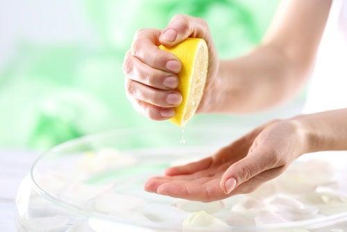 mano exprimiendo limón