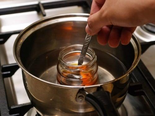 Tarro de miel en una olla