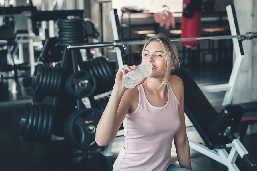 Beber agua y hacer ejercicio es fundamental para mitigar la celulitis.