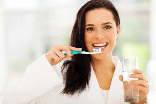 mujer con cepillo de dientes