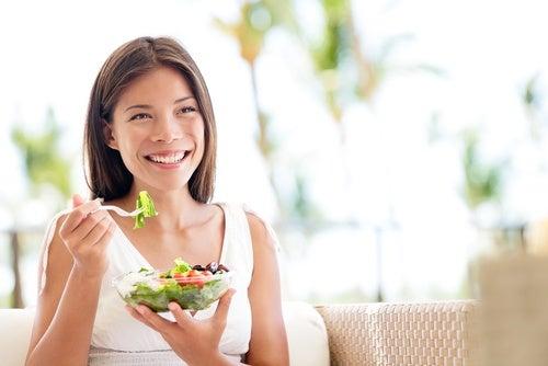 mujer comiendo con sensación de felicidad