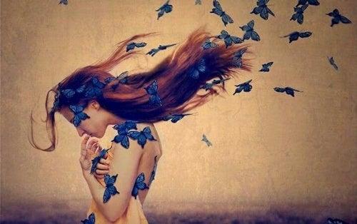 mujer-con-mariposas-azules-en-el-cabello protegiéndose de su inseguridad corporal