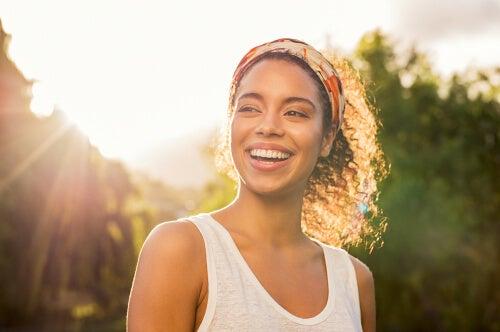 Mujer feliz pensando en hábitos de higiene mental