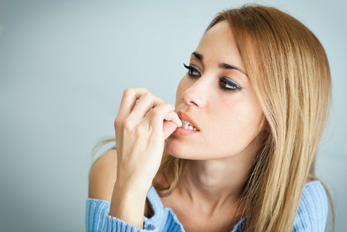 Morderse las uñas perjudica la salud de los dientes