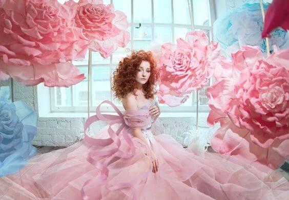 mujer-pelirroja-rodeada-de-rosas feliz por no haber cambiado
