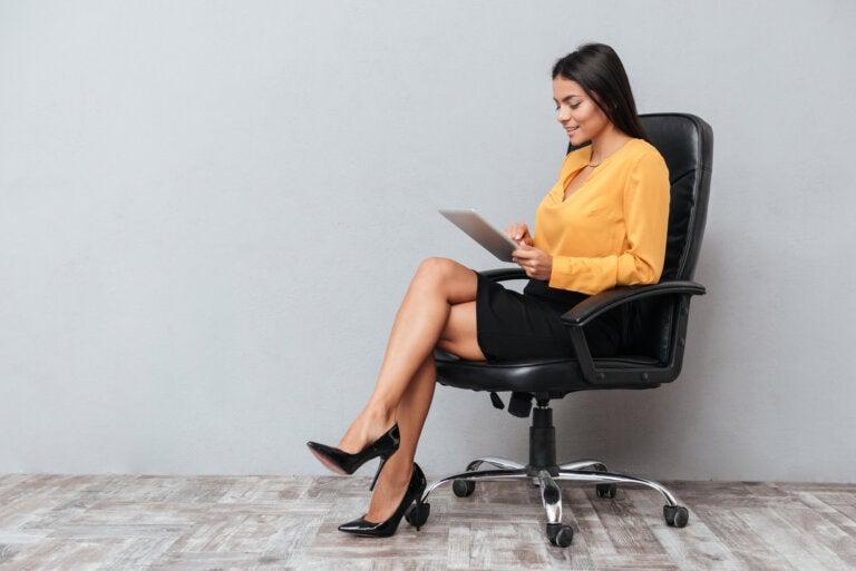 ¿Por qué deberías evitar cruzar las piernas al sentarte?