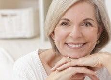 mujer con síntomas de menopausia
