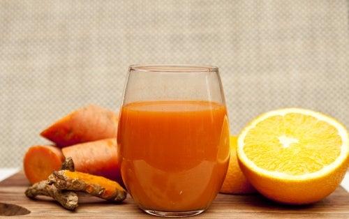Jugo desintoxicante de naranja, zanahoria y jengibre