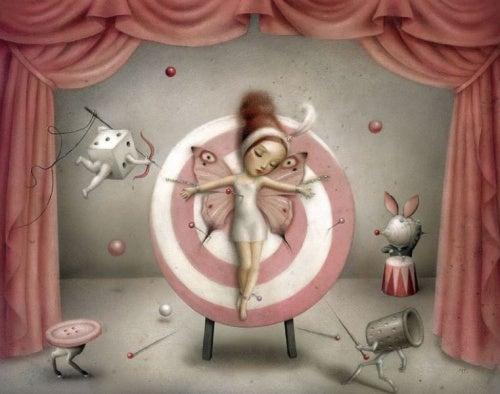 mujer-en-tablero-de-dardos