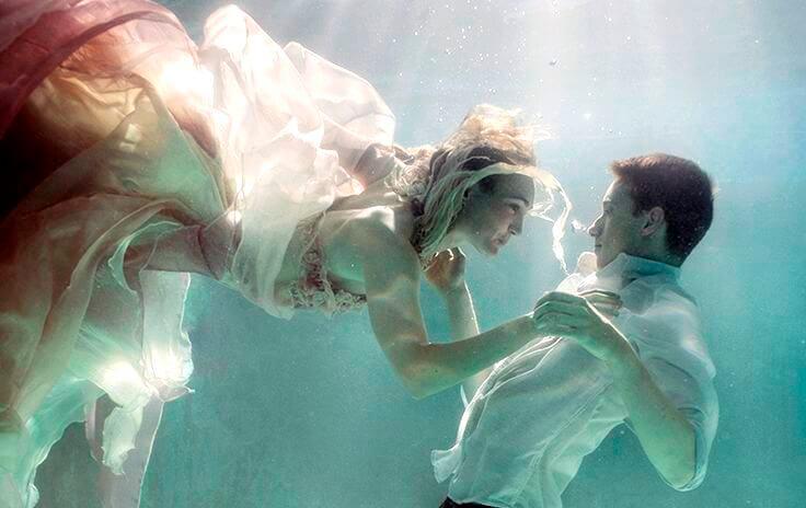 pareja debajo del agua