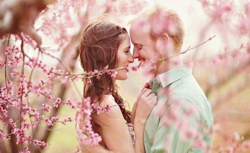 pareja-feliz simbolizando el autoconocimiento