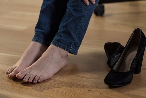 Cómo reducir la hinchazón de pies