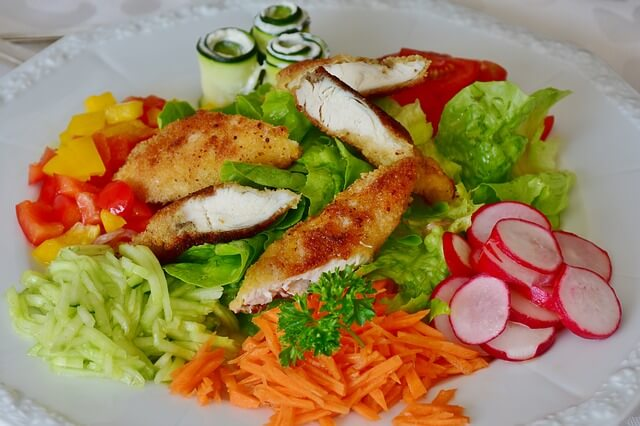 Plato de ensalada mixta con pechuga de pollo.